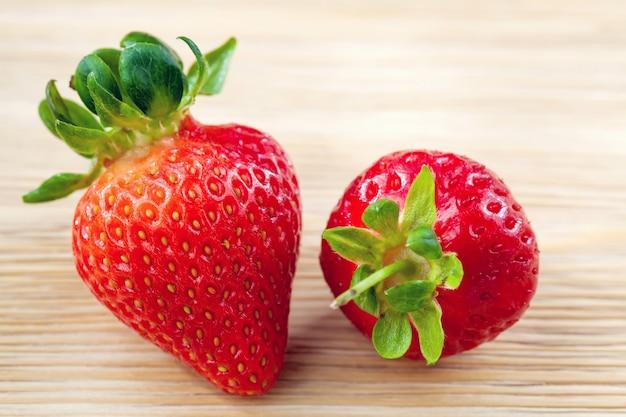 Große rote reife erdbeere auf holztisch