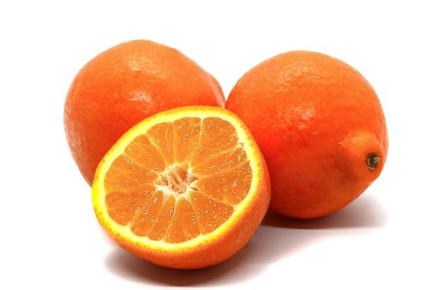 Große saftige reife mandarinen mit einer dicken schale isoliert auf einer weißen wand. zwei ganze früchte und die hälfte. fruchtdiät, beliebte früchte erhältlich, vitaminquelle.