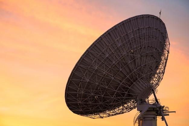 Große satellitenschüssel in der abenddämmerung