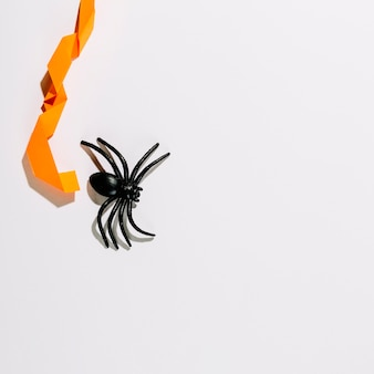 Große schwarze spinne mit orange papierdekoration