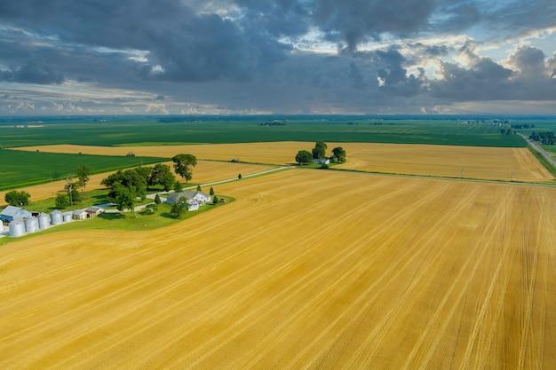 Große silberne moderne getreidesilos für die landwirtschaft zur lagerung von getreide. drohnenansicht aus der luft