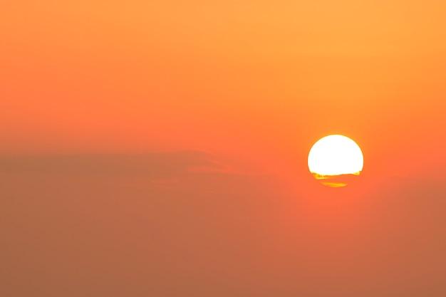 Große sonne am himmel zur morgenzeit