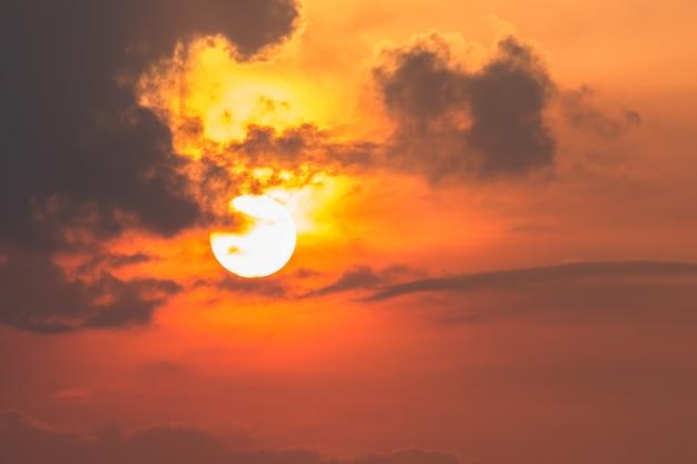 Große sonne mit wolken in der abendzeit