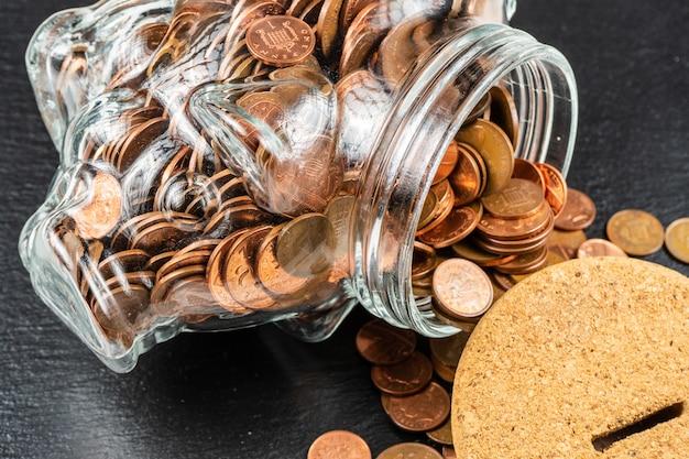 Große sparschwein-sparbüchse, glasgeldglas mit britischen münzen