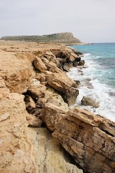 Große steine am ufer tagsüber in zypern Kostenlose Fotos