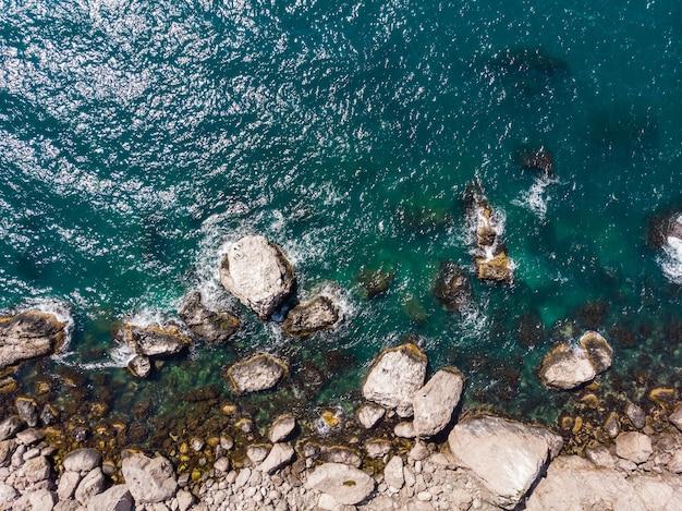 Große steine und blaues meer draufsicht steinküste des ozeans