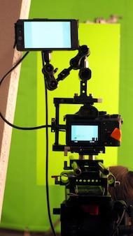 Große studioleuchten für videofilm- oder filmproduktion, die ein hohes gewicht haben und auf besonders starkem stand stehen