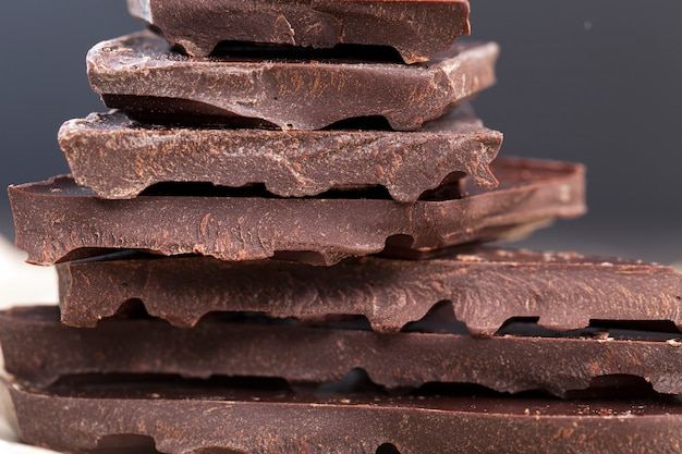 Große stücke bitterschokolade