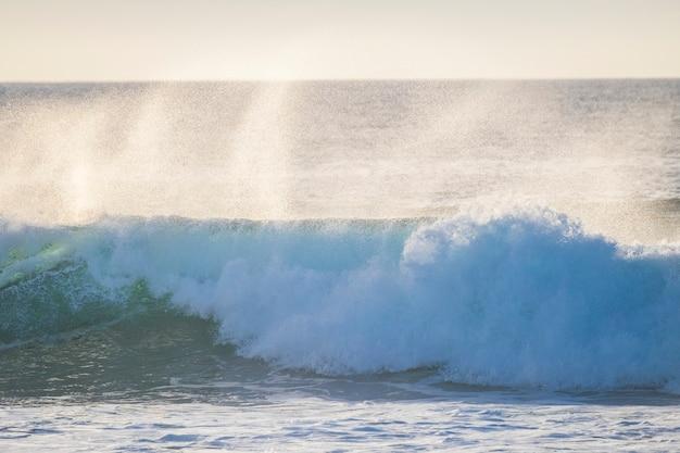 Große swell-welle mit weißem schaum mit hoher energieeinwirkung, perfekt für surf- und bodyboard-aktivitäten