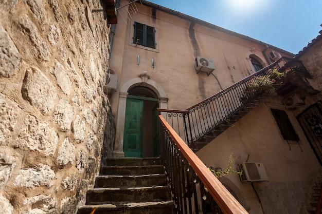 Große treppe im hinterhof des alten gebäudes am sonnigen tag