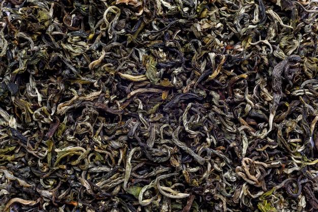 Große, trockene blätter von elite-grüntee. grüner tee ist das stärkste antioxidans. der konsum von grünem tee in epidemiologischen studien ist mit einem verringerten risiko für herzerkrankungen verbunden.