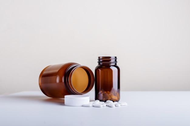 Große und kleine nahrungsergänzungsmittelflaschen eingestellt
