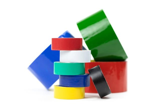 Große und kleine rollen mit buntem klebeband für design und reparatur