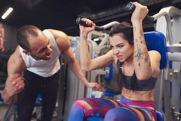 Große unterstützung vom personal trainer
