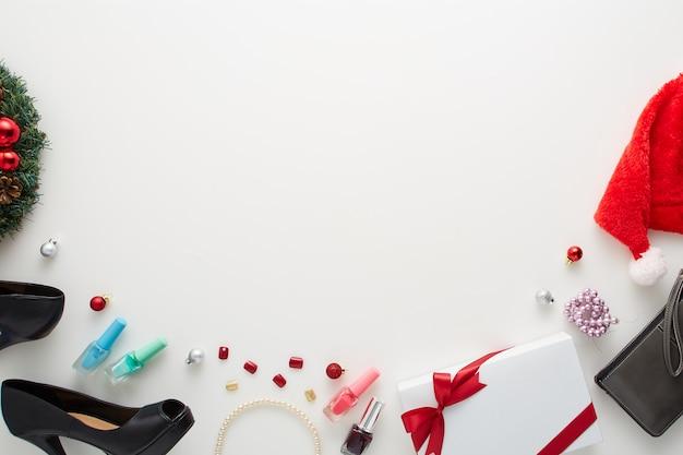Große verkaufsweihnachtsdekorationen auf weißem hintergrund