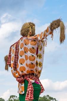 Große vogelscheuche im traditionellen thailändischen stil
