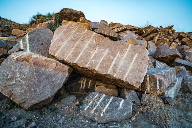 Große vorkommen von gesteinsmaterialien in der nähe eines bergbau-steinbruchs