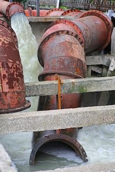 Große wasserrohrpumpe hochwasser