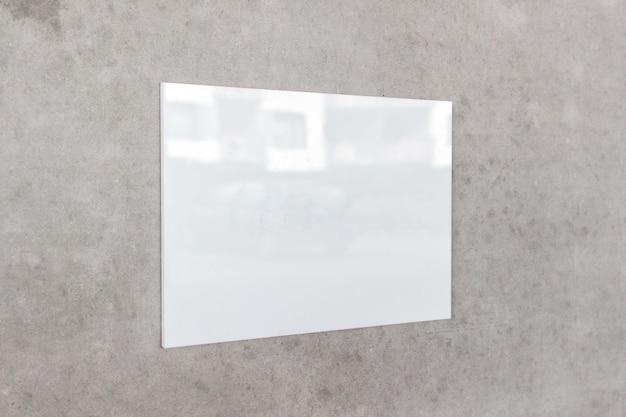 Große weiße glänzende quadratische werbetafel, die an einer grauen betonwand hängt