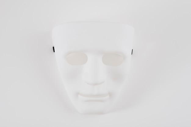 Große weiße karnevalsmaske auf tabelle