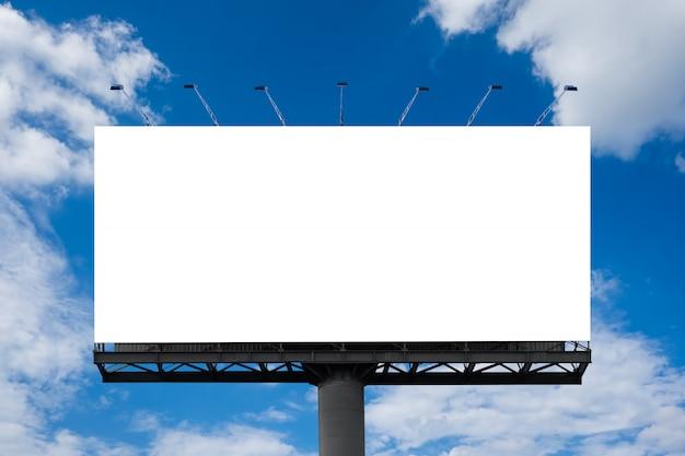 Große weiße leere anschlagtafel oder weißes förderungsplakat angezeigt auf dem im freien gegen den hintergrund des blauen himmels. werbeinformationen für marketing-ankündigungen und details