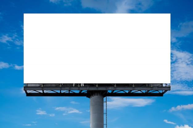 Große weiße leere plakatwand, die im freien gegen den blauen himmel angezeigt wird