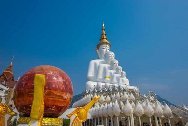 Große weiße schöne staplungsstücke buddhas fünf, tempel phasor kaew, thailand
