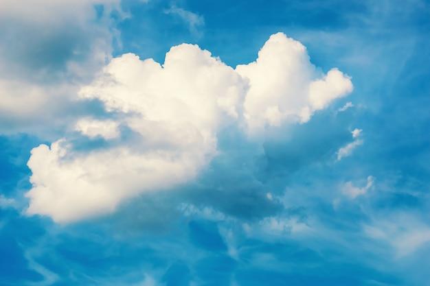 Große weiße wolke im blauen himmel