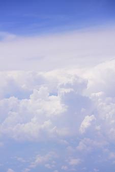 Große weiße wolke und blauer himmel