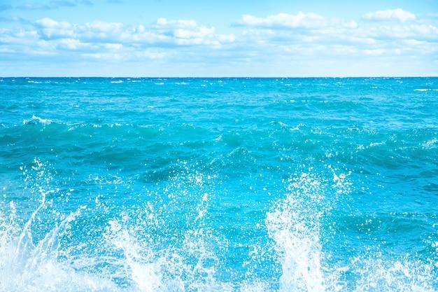 Große welle auf dem blauen meer. surfen und schaum
