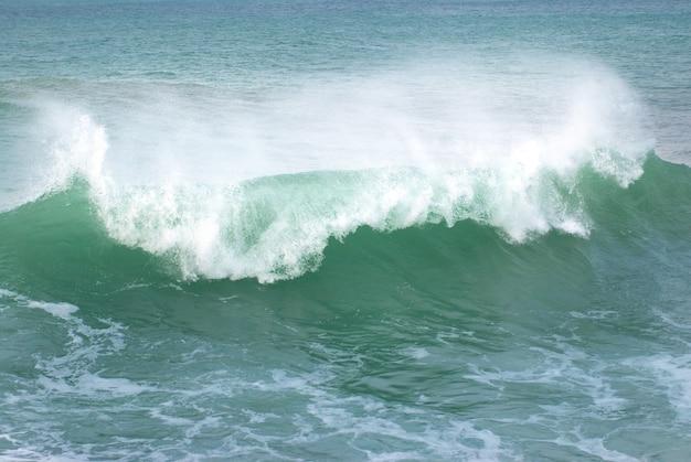 Große welle mit meerschaum und blauem wasser