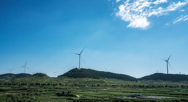 Große windkraftanlage auf dem berg