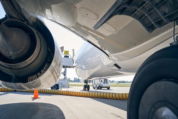 Große zivilflugzeuge, bei denen der kraftstoffschlauch mit dem rumpf verbunden ist