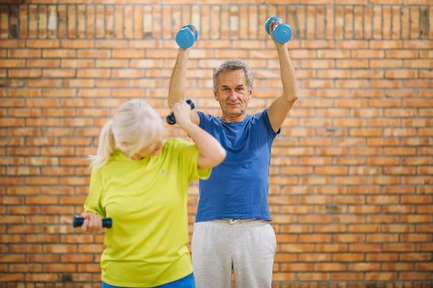Großeltern, die in der turnhalle ausarbeiten