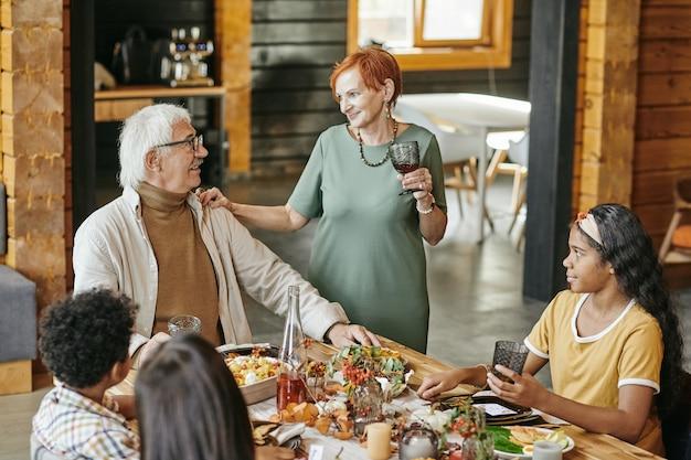 Großeltern essen zusammen mit enkelkindern