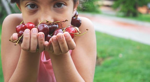 Großeltern füttern das kind mit cherries.selective focus.