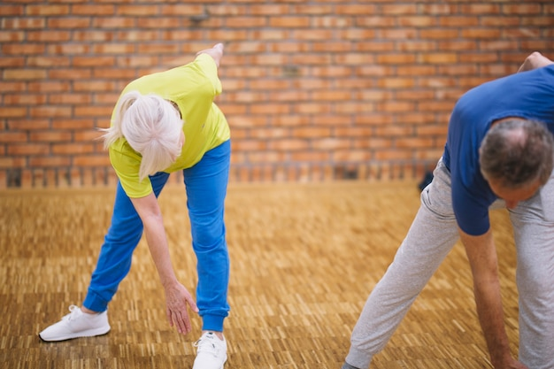 Großeltern im fitnessstudio