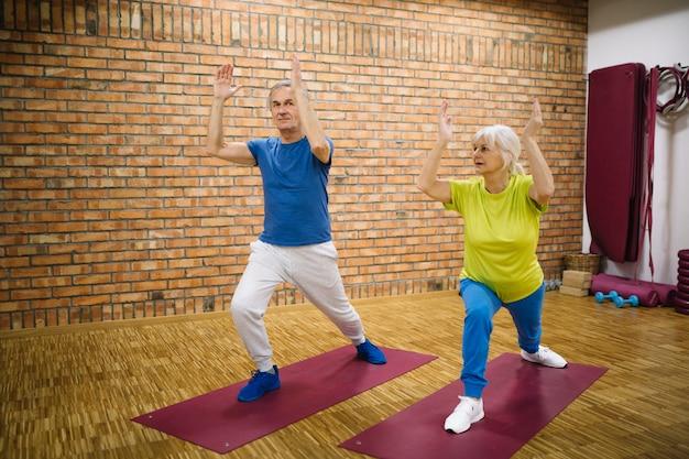Großeltern in der turnhalle