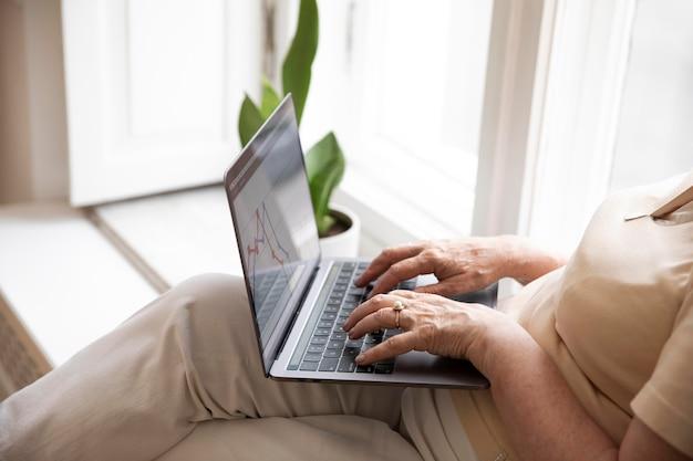 Großeltern lernen, digitale geräte zu benutzen