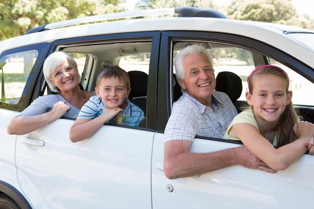 Großeltern machen eine autoreise mit enkelkindern