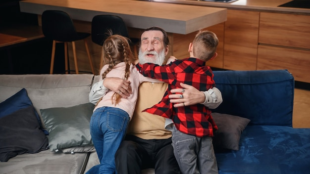 Großeltern spielen und haben spaß mit ihrer enkelin