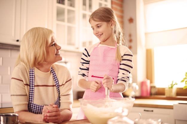 Großeltern und enkel backen gemeinsam