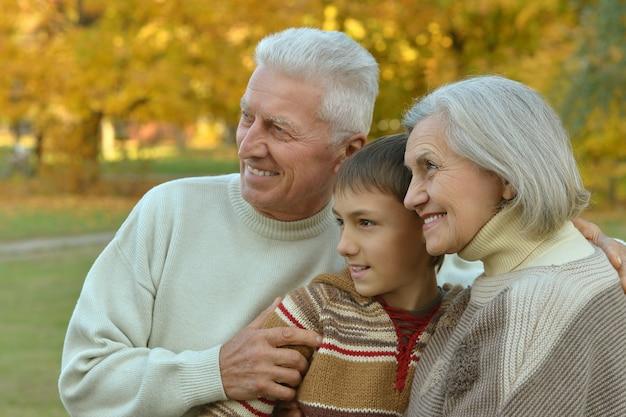 Großeltern und enkel zusammen im herbstpark