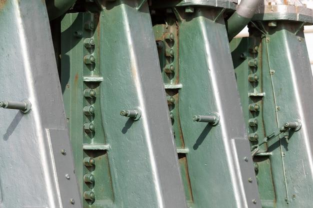 Großer bootsmotor. industrielle textur dominierende farben in grün und metallic-grau