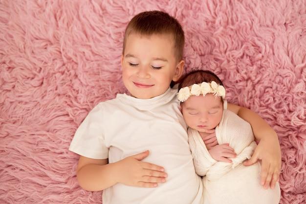 Großer bruder mit kleiner neugeborener schwester