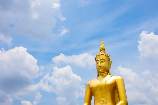 Großer buddha golden und himmel und wolken bei wat bang chak in nonthaburi, thailand.