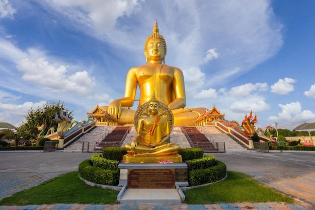 Großer buddha im wat muang im populären buddhistischen schrein der ang thong-provinz in thailand.