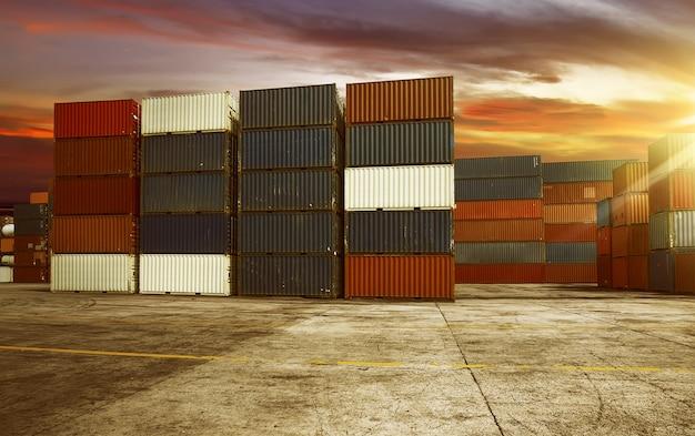 Großer container im hafen