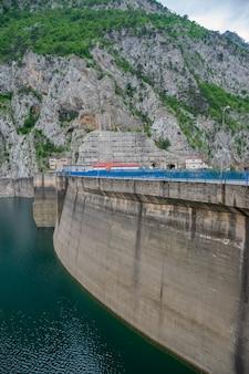 Großer damm mratine im norden montenegros.