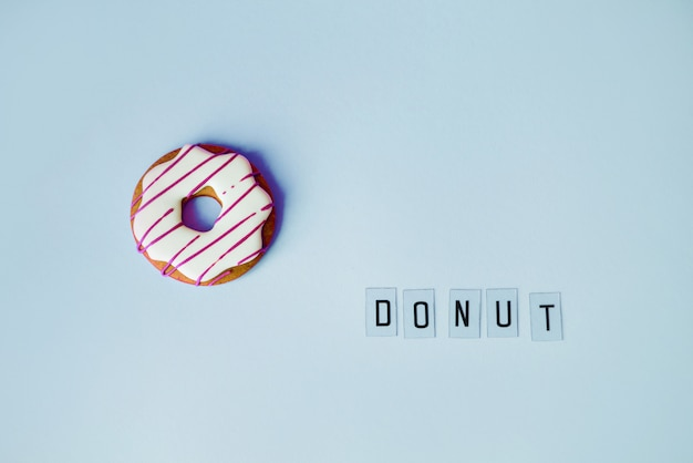 Großer donut- und lebkuchendonut auf blauer oberflächengeburtstagsdekoration